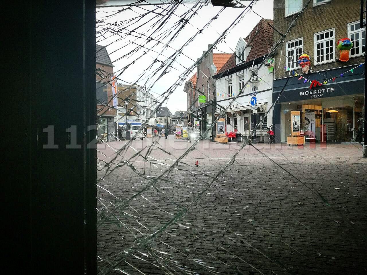 Bestuurder scootmobiel rijdt tegen glazen deur winkelcentrum Vijfhoek Oldenzaal