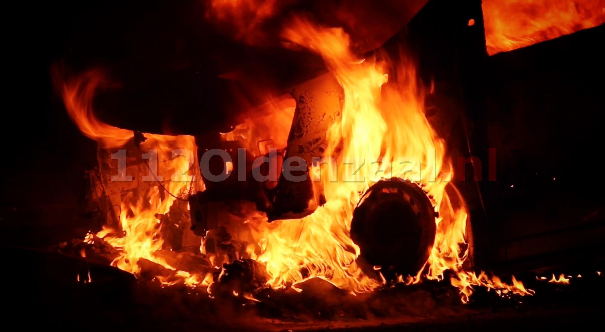 Foto: Busje volledig verwoest na brand op parkeerplaats langs A1 bij Deurningen
