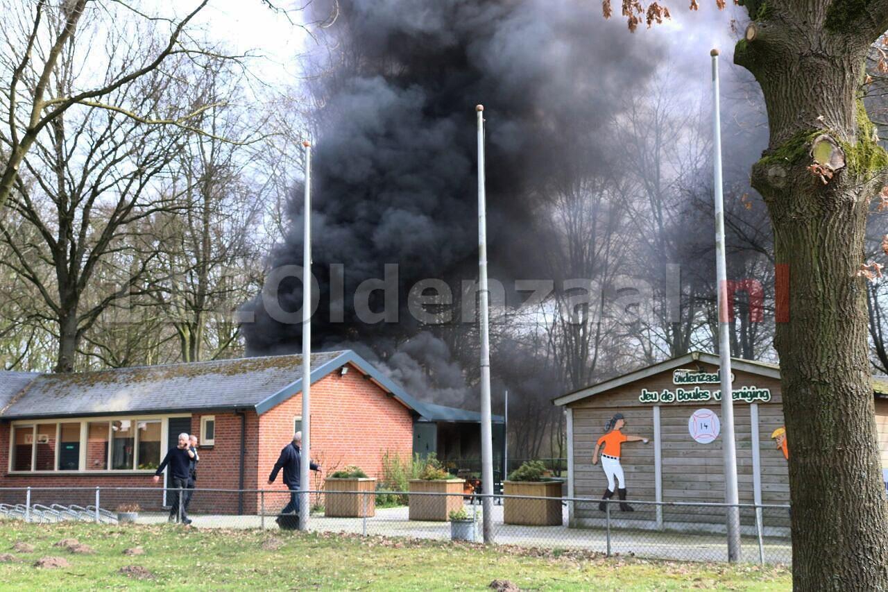 Grote rookontwikkeling bij brand clubgebouw Vondellaan Oldenzaal