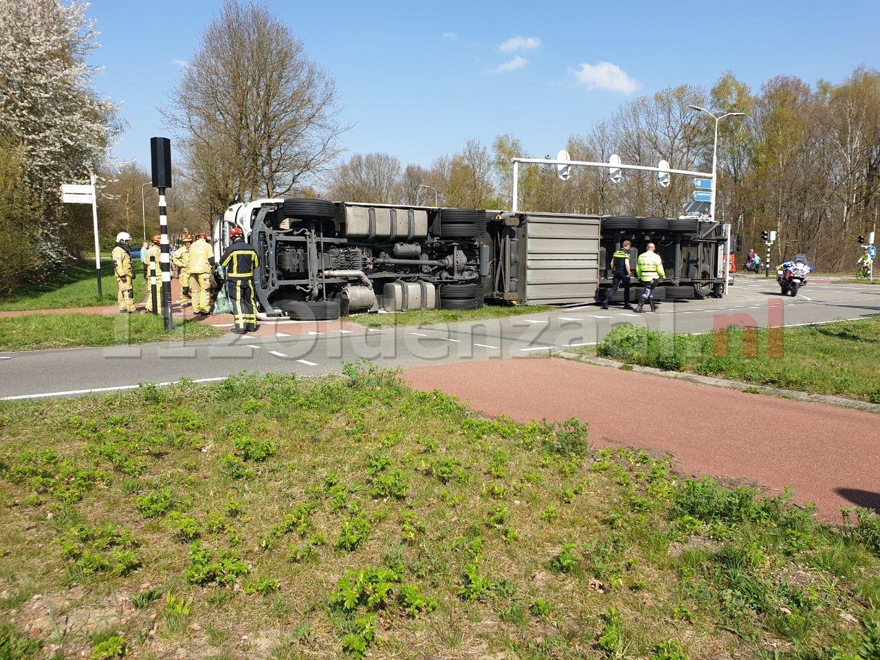 Foto: Grote verkeershinder op Oldenzaalsestraat Hengelo door gekantelde vrachtwagen