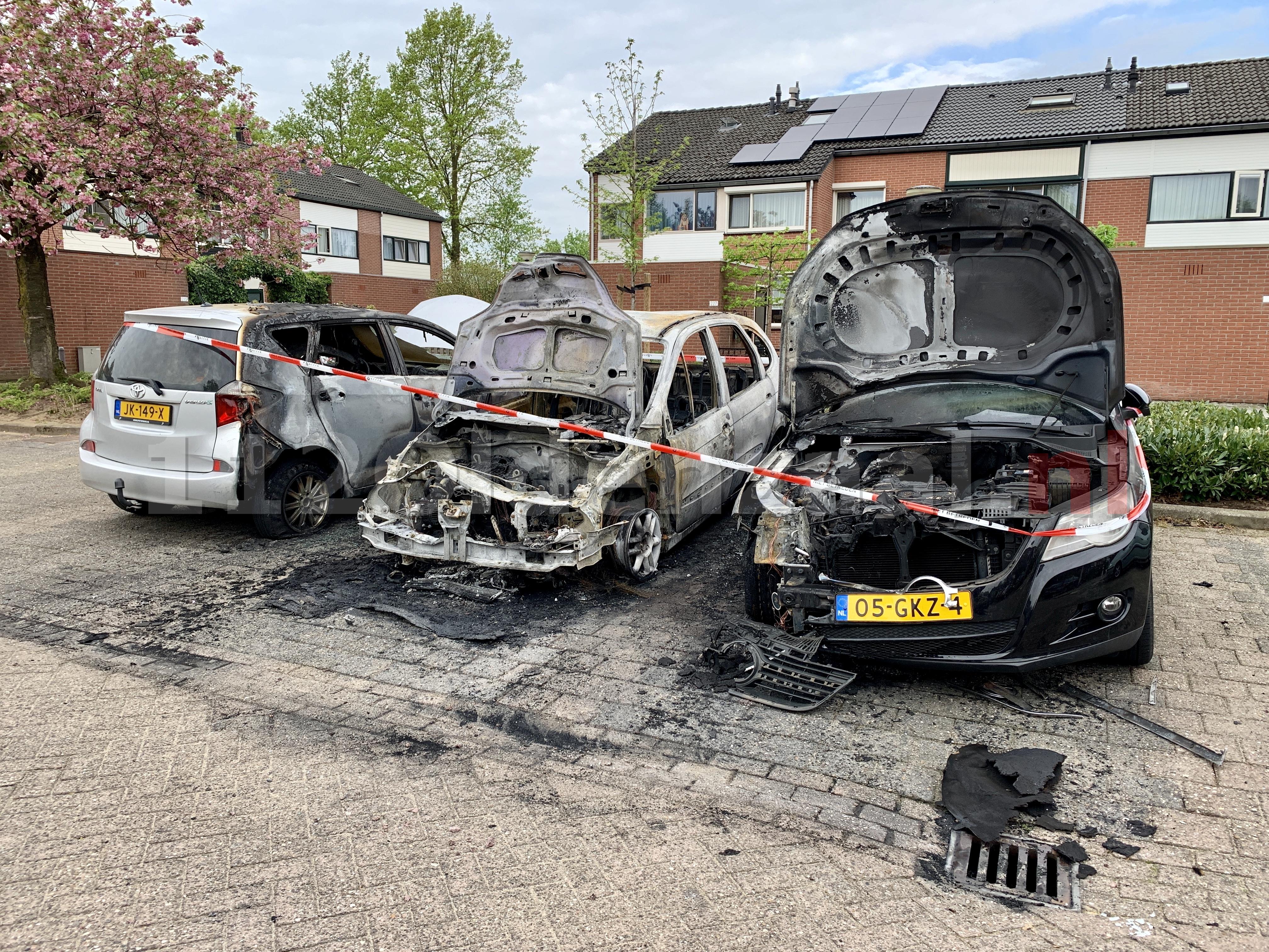 (Video) Schade goed zichtbaar bij daglicht; Auto's in Oldenzaal verwoest door brand