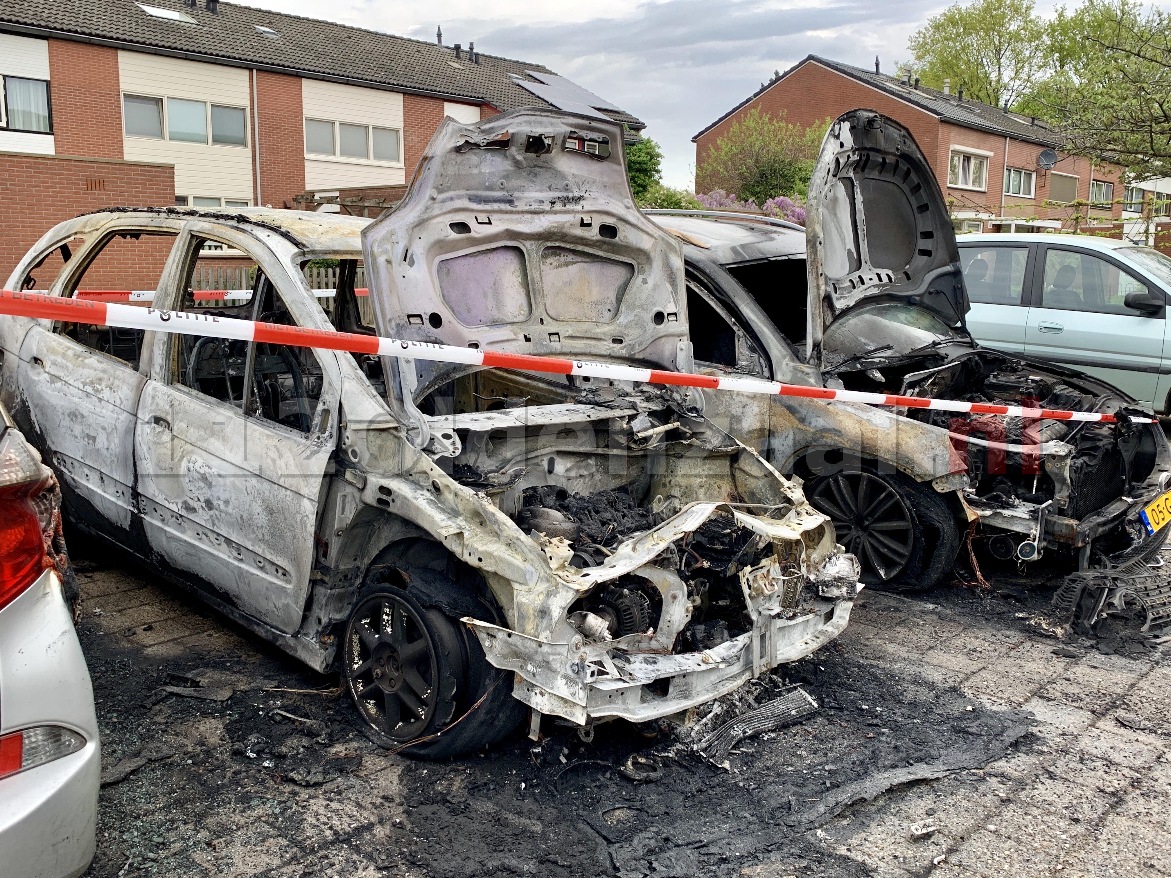 (Foto's) Schade goed zichtbaar bij daglicht; Auto's in Oldenzaal verwoest door brand