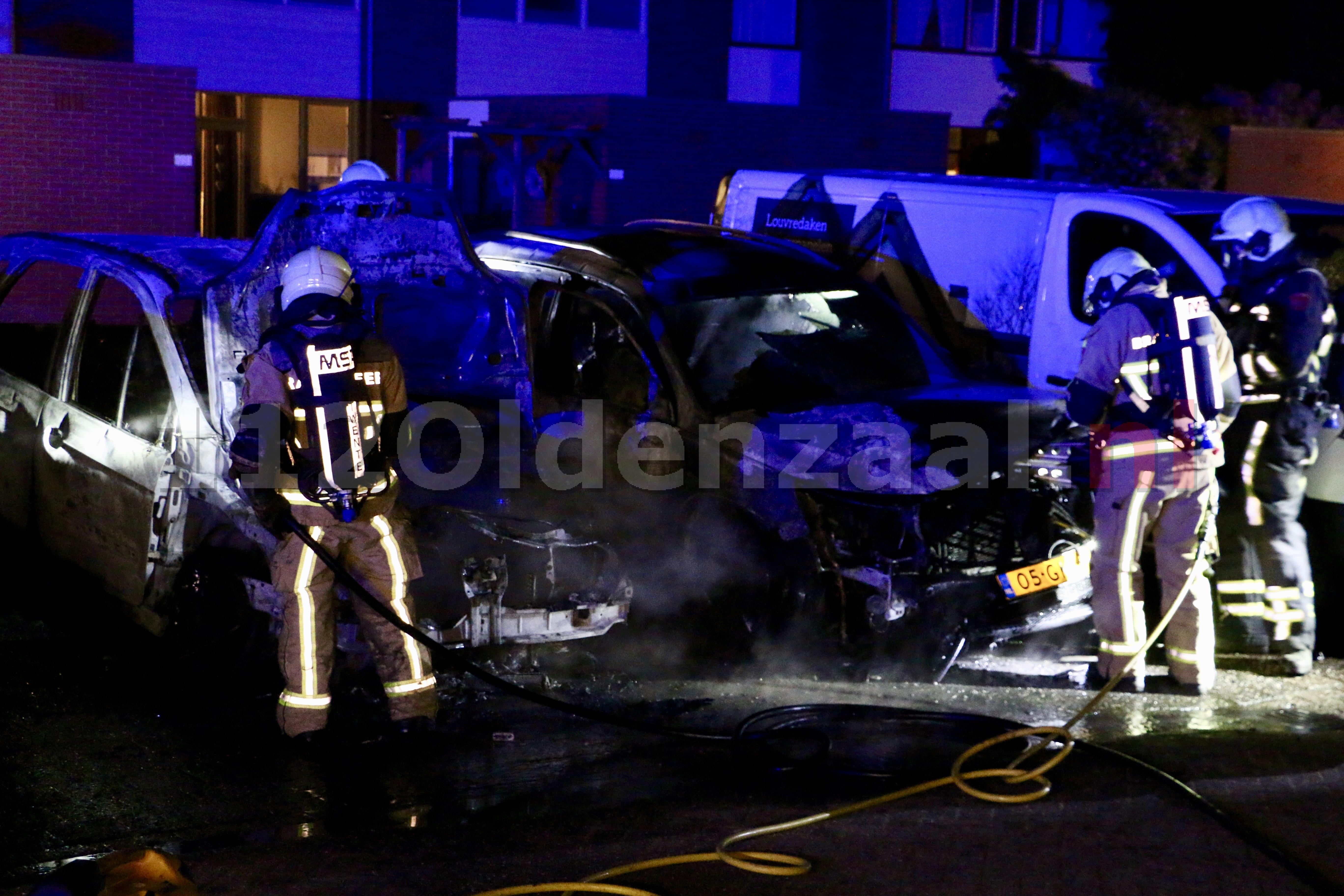 Foto 4: Auto's in Oldenzaal verwoest door brand; politie doet onderzoek