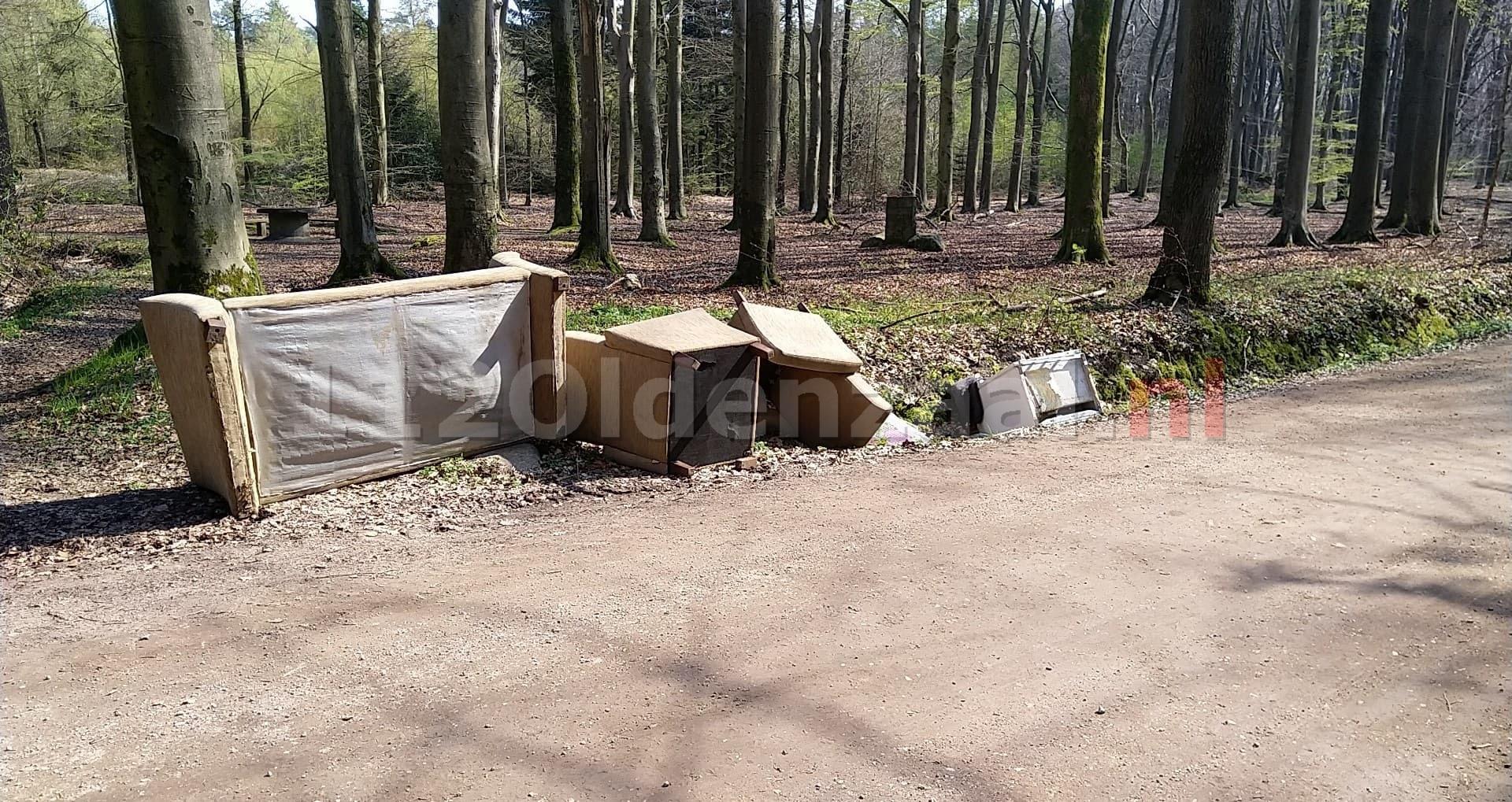 Onbekenden dumpen bankstel en stoelen in buitengebied
