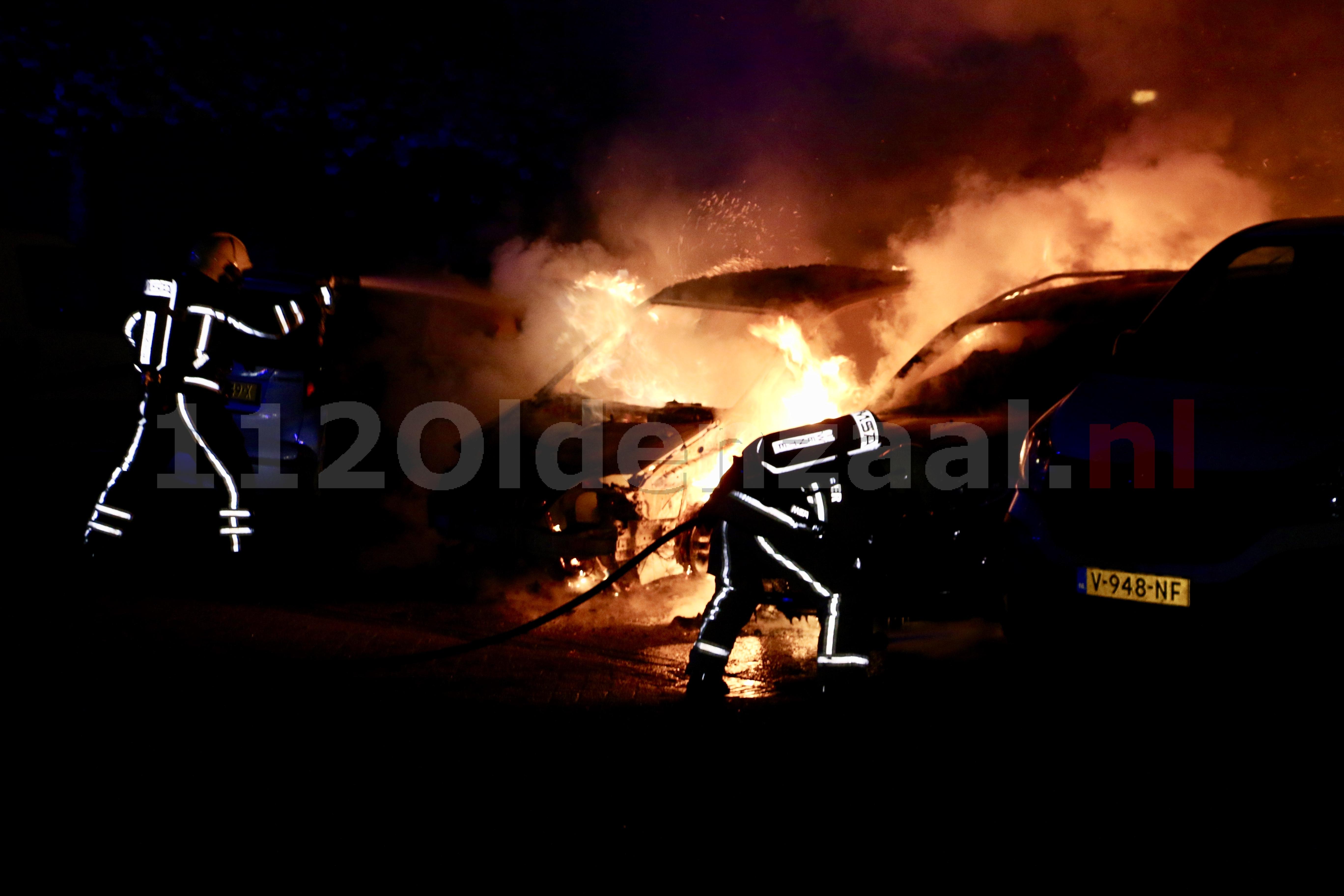 Foto 3: Auto's in Oldenzaal verwoest door brand; politie doet onderzoek