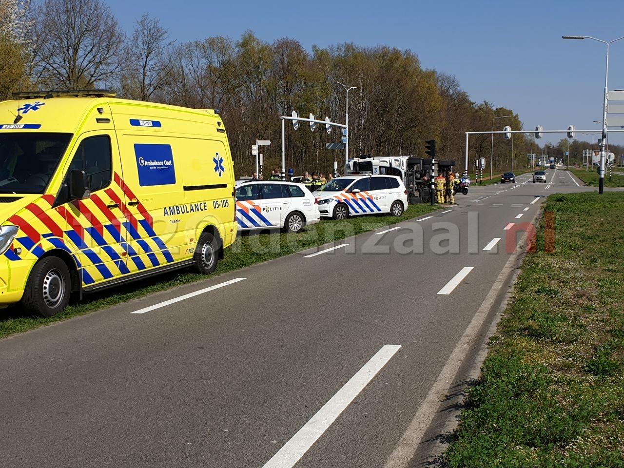 VIDEO: Grote verkeershinder op Oldenzaalsestraat Hengelo door gekantelde vrachtwagen
