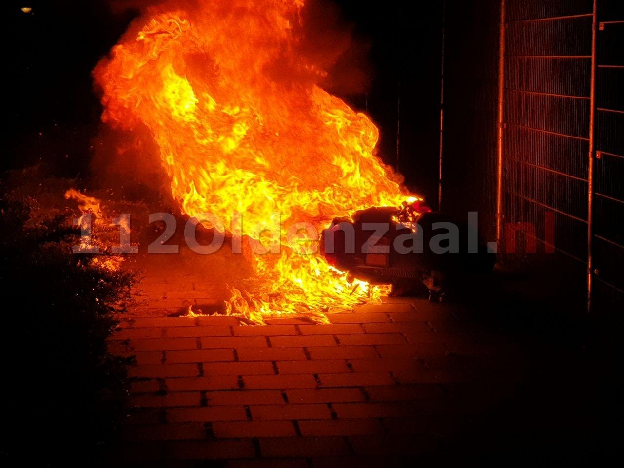 UPDATE (foto en video): Scooter volledig uitgebrand in Saasveld