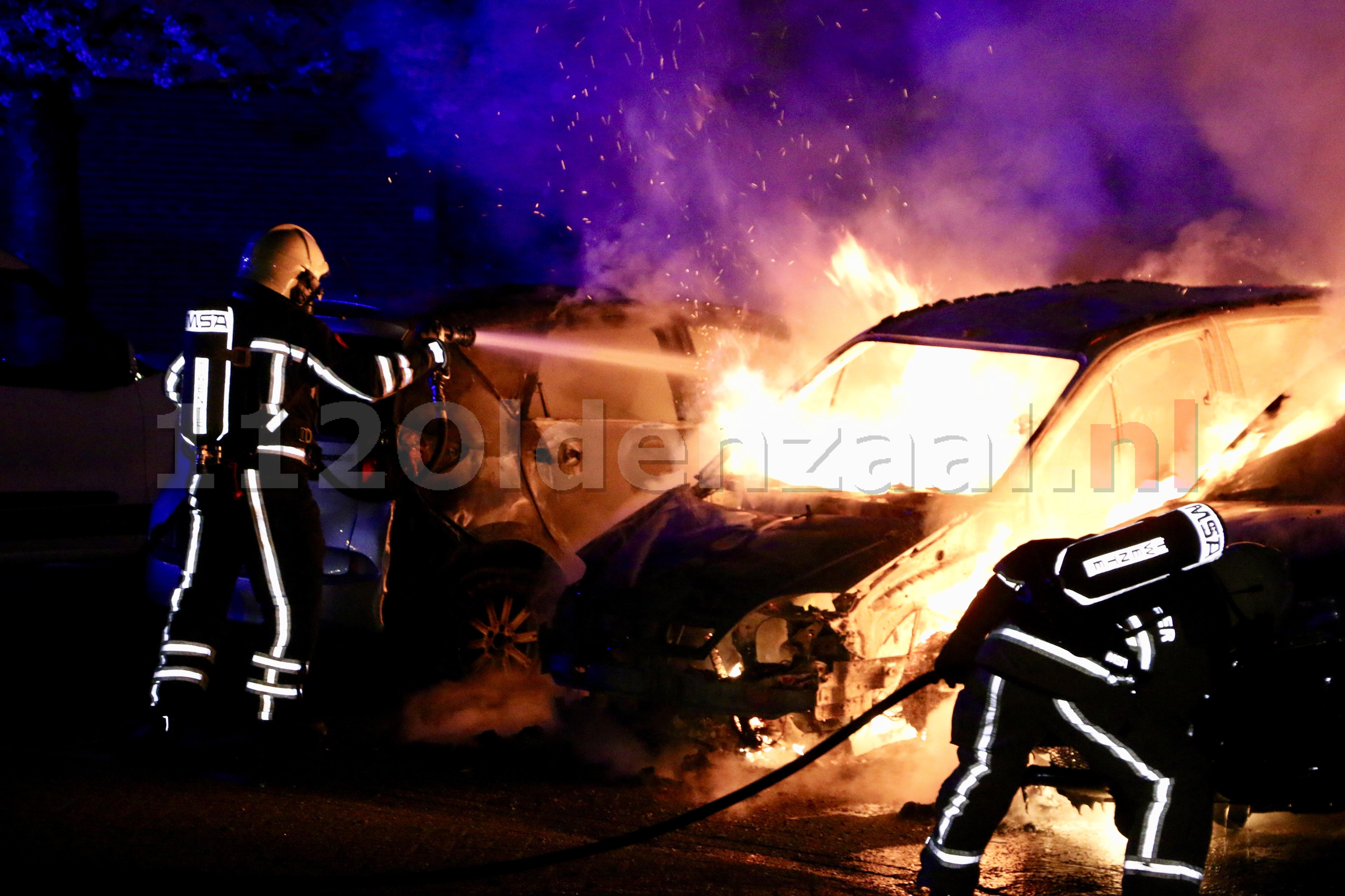 (UPDATE): Auto's in Oldenzaal verwoest door brand; politie doet onderzoek