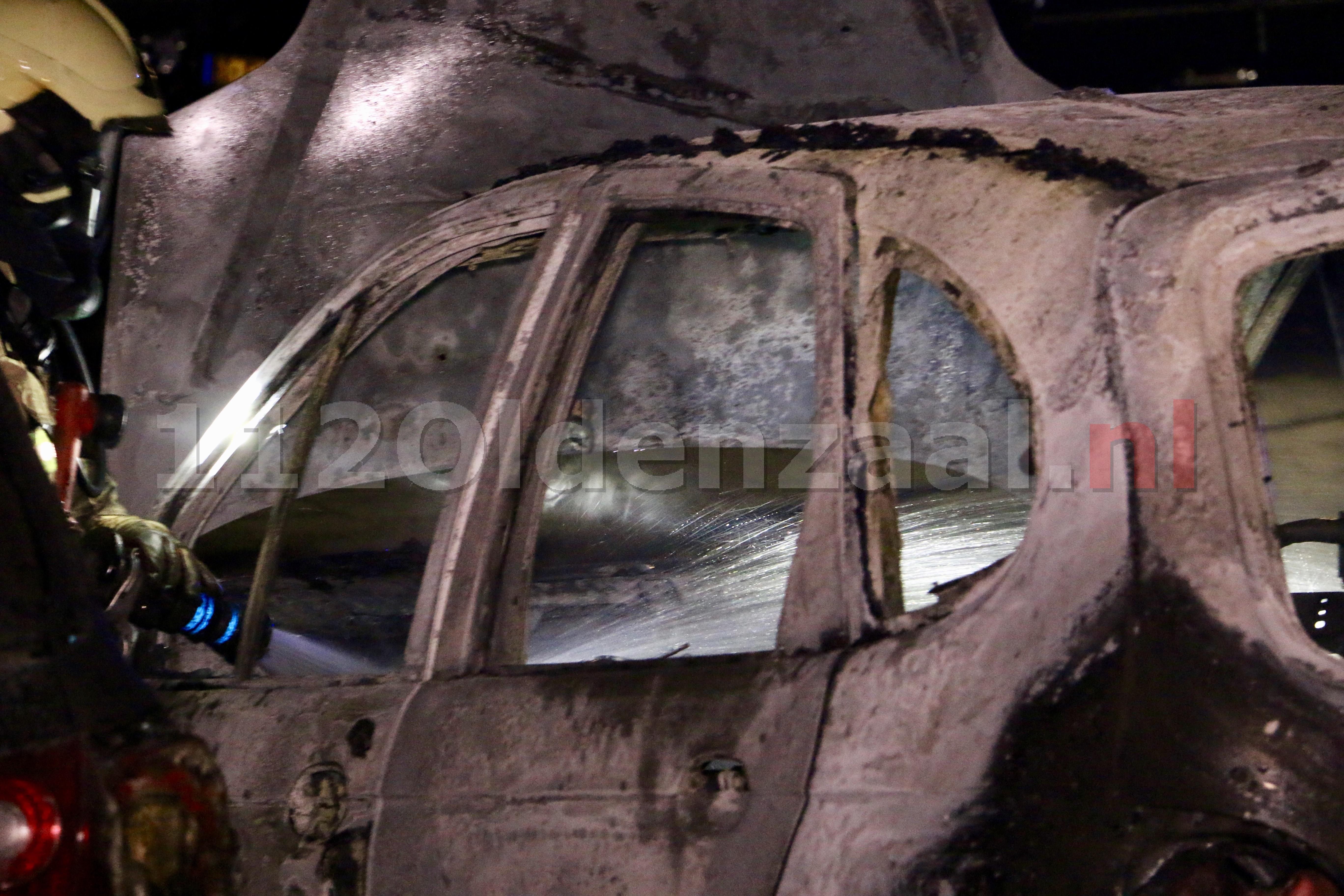 VIDEO: Auto's in Oldenzaal verwoest door brand; politie doet onderzoek