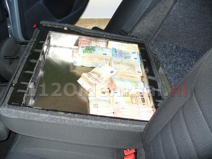 Duitse politie treft ruim €300.000,- in auto aan; bestuurder aangehouden