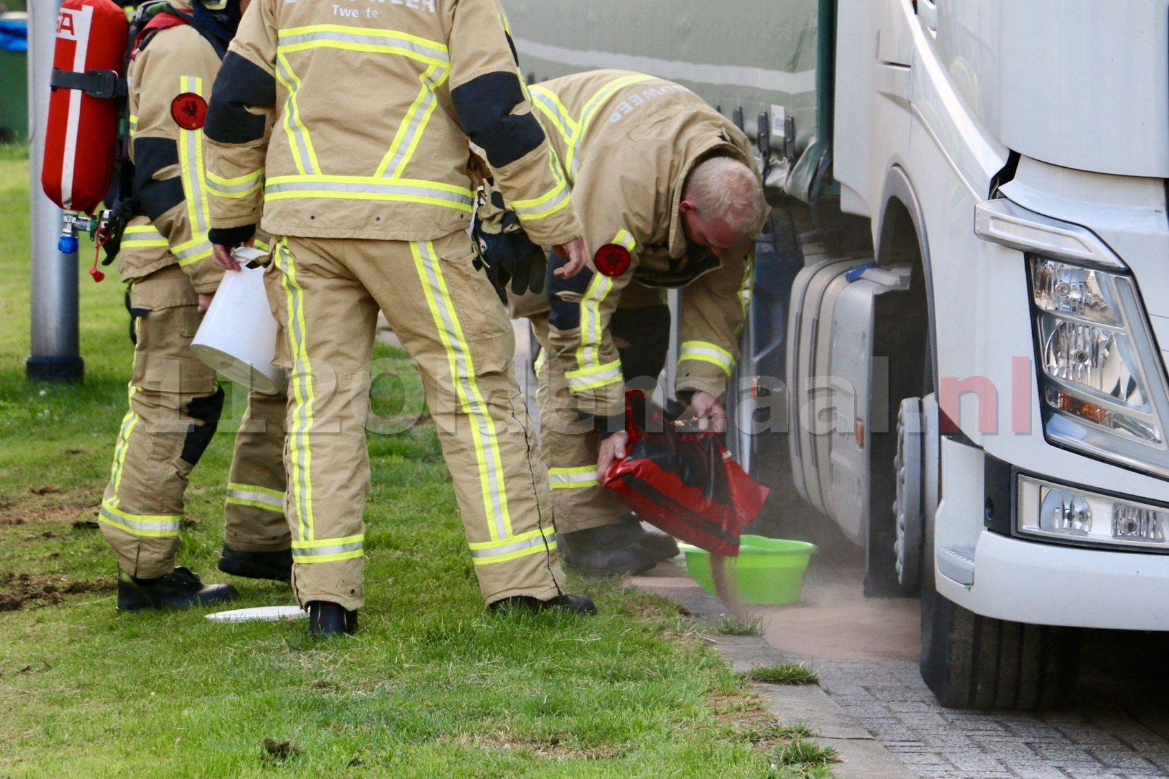 Brandweer Oldenzaal rukt uit voor lekkage onder vrachtwagen