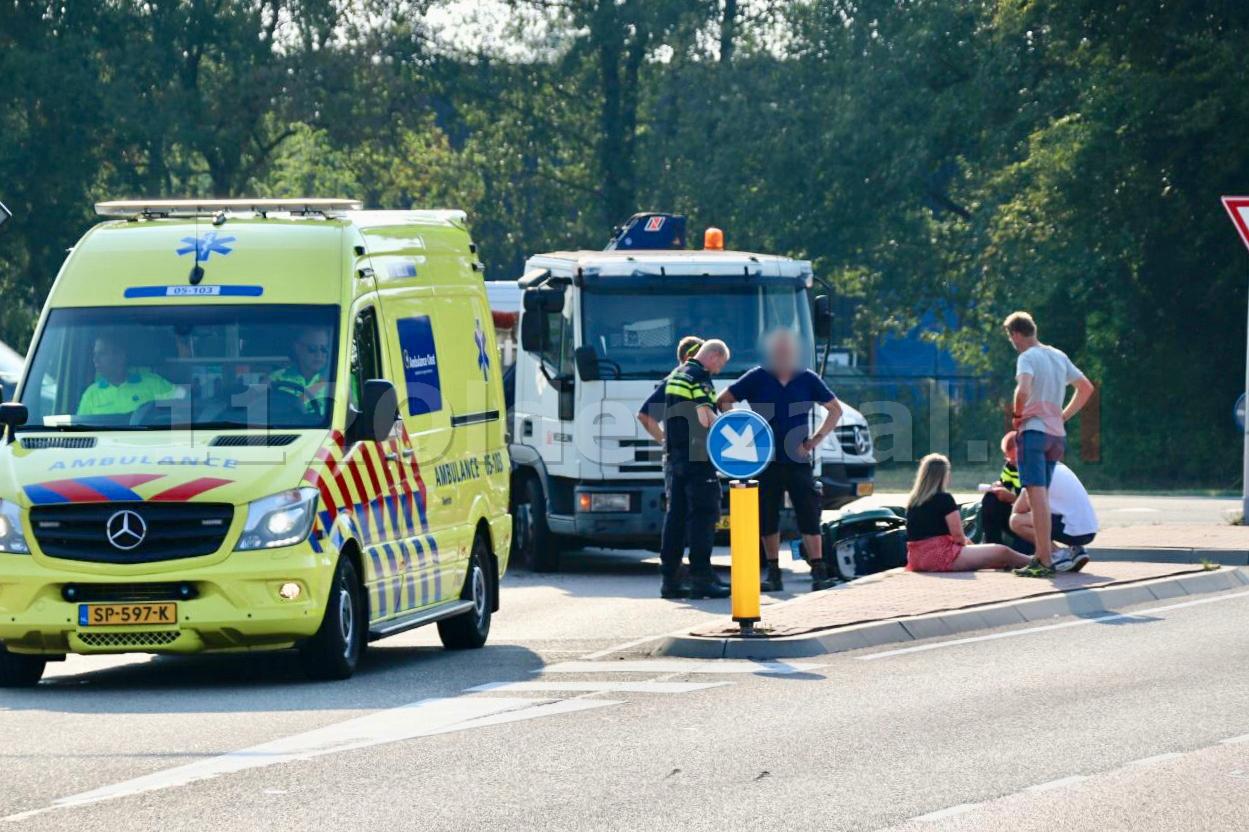 Scooterrijdster gewond naar het ziekenhuis na aanrijding met vrachtwagen in Oldenzaal