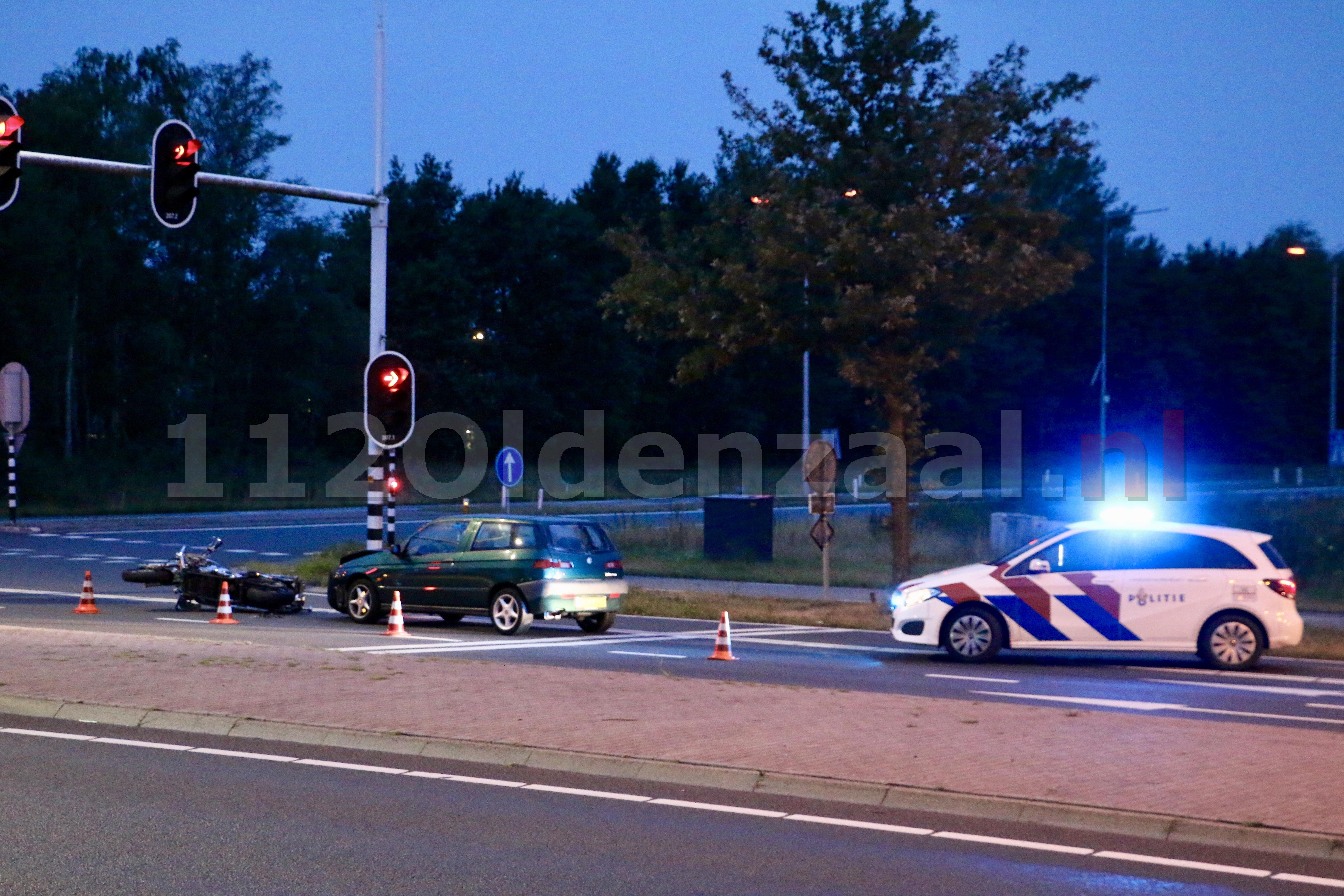 Foto's: Forse schade bij aanrijding tussen motor en auto in Oldenzaal
