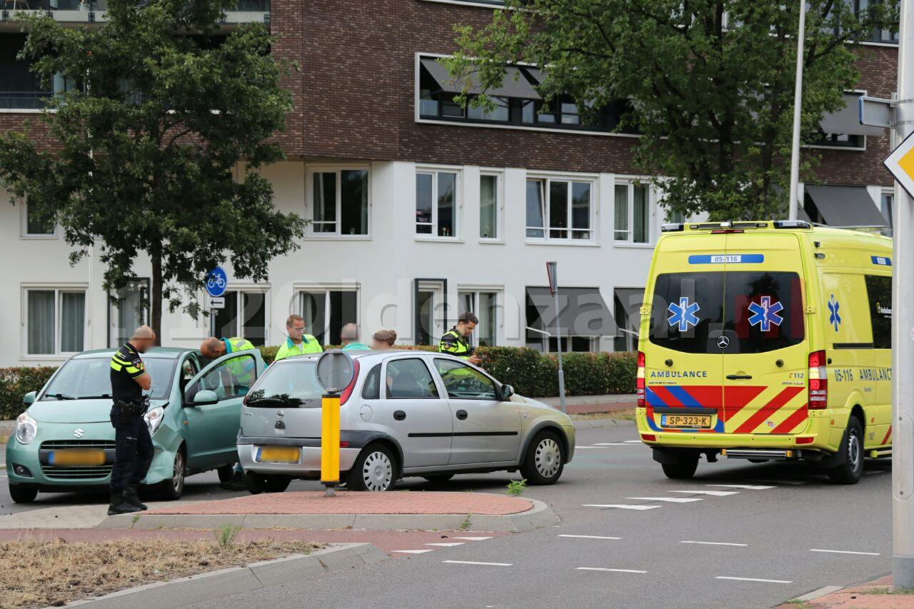 Man gewond naar het ziekenhuis na aanrijding tussen twee auto's in Oldenzaal