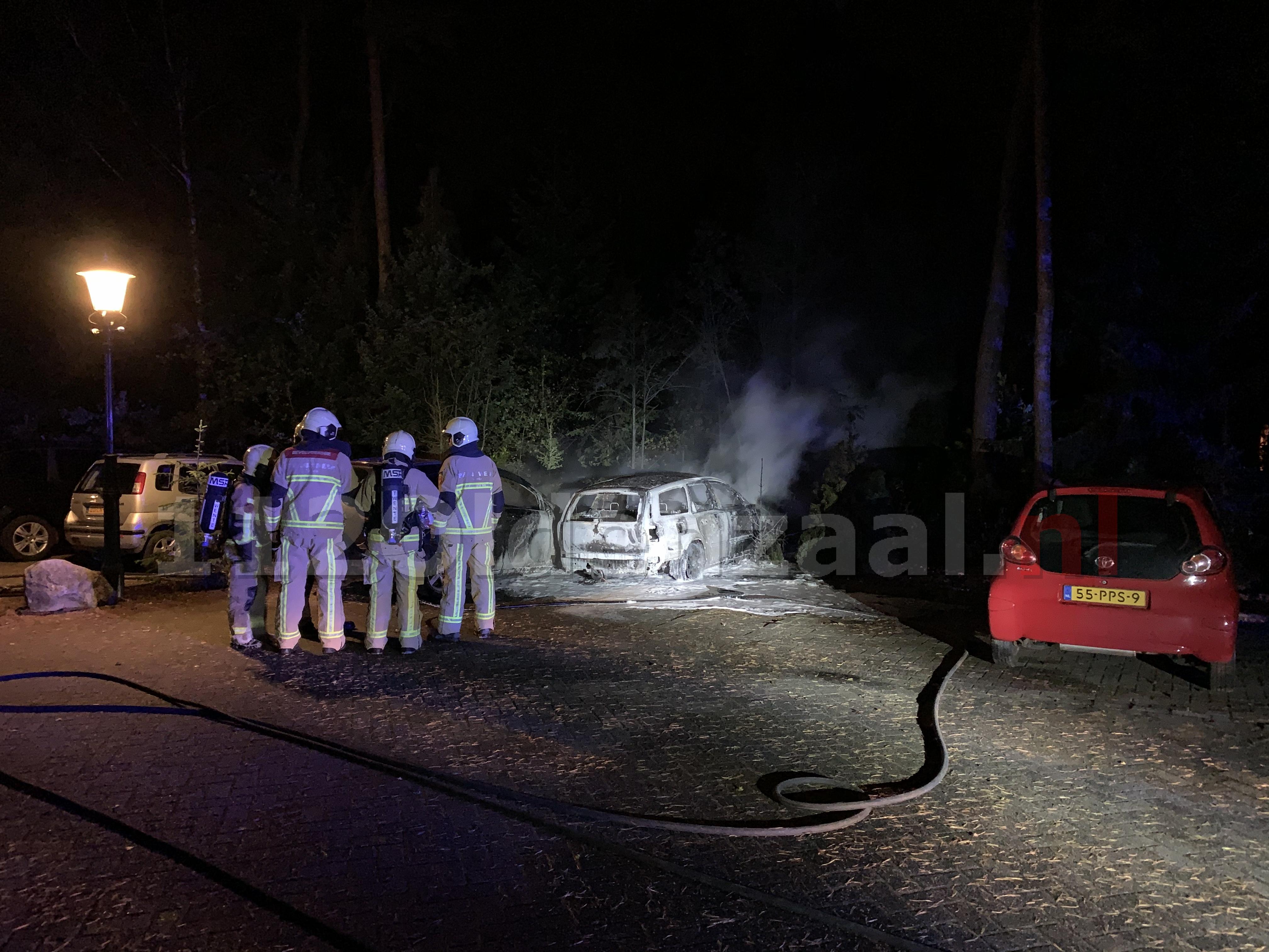 VIDEO: Twee auto's verwoest na brand op parkeerplaats Eureka; politie doet onderzoek