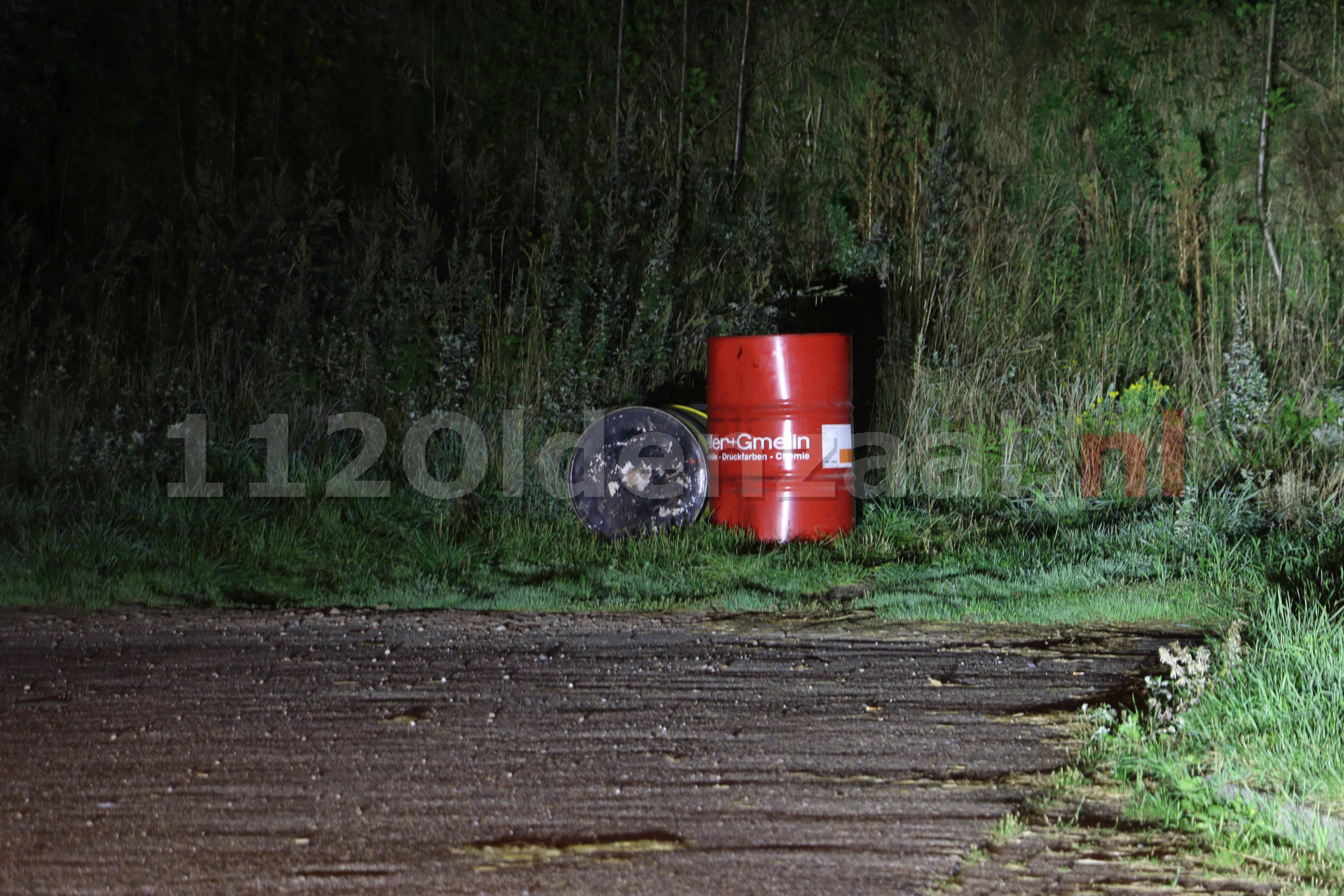 Foto: Vaten met mogelijke gevaarlijke stoffen aangetroffen op parkeerplaats in De Lutte
