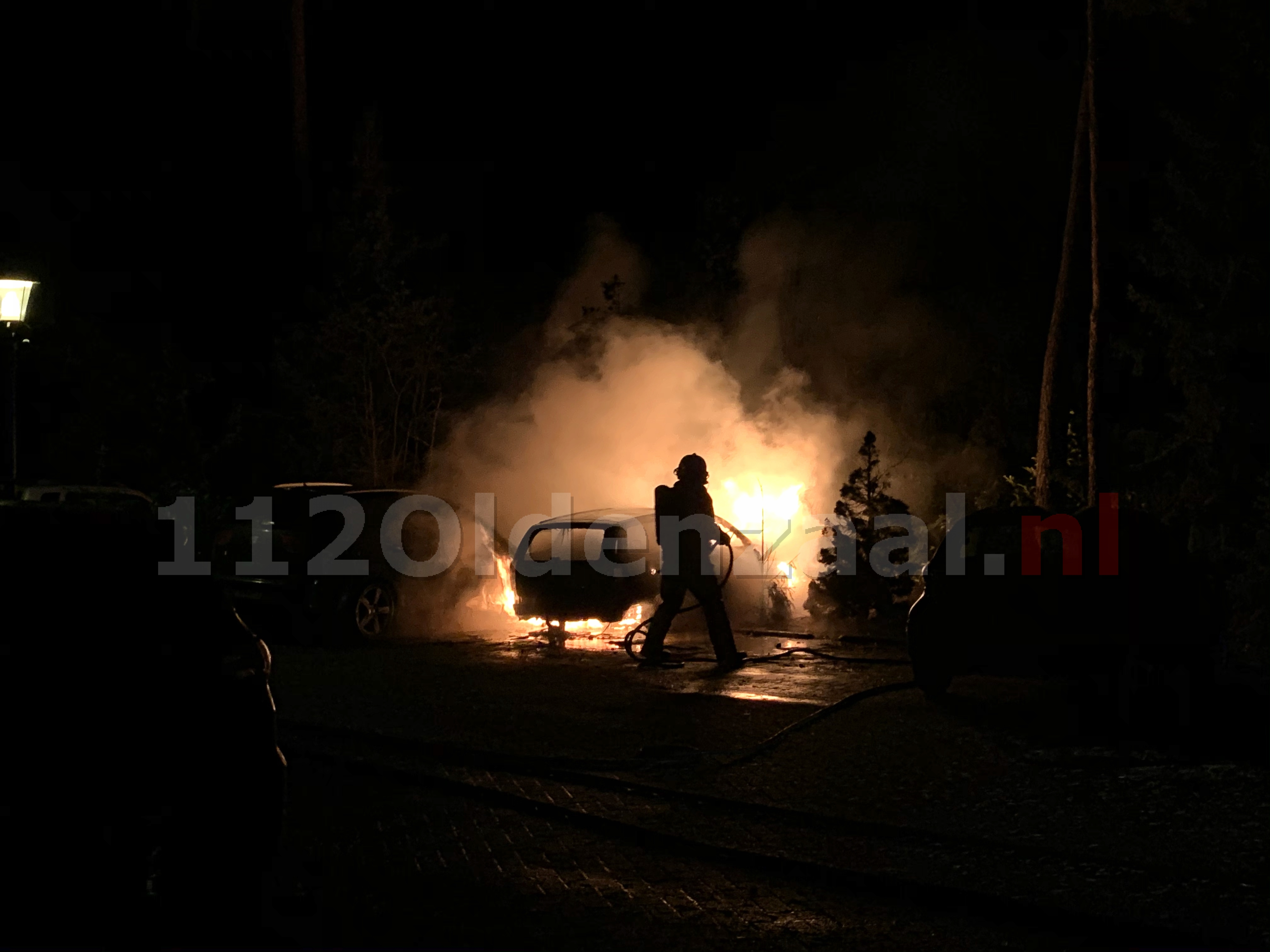 Twee auto's verwoest na brand op parkeerplaats Eureka; politie doet onderzoek
