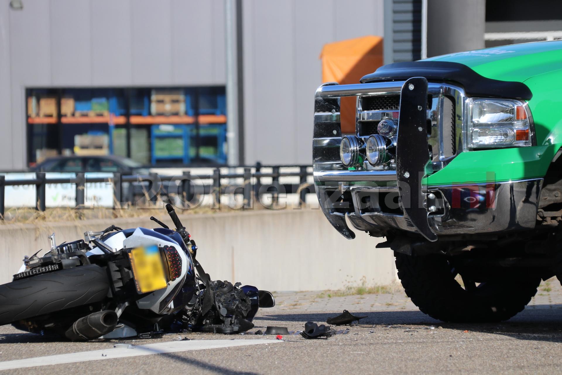 Motorrijder gewond naar het ziekenhuis na aanrijding in Oldenzaal