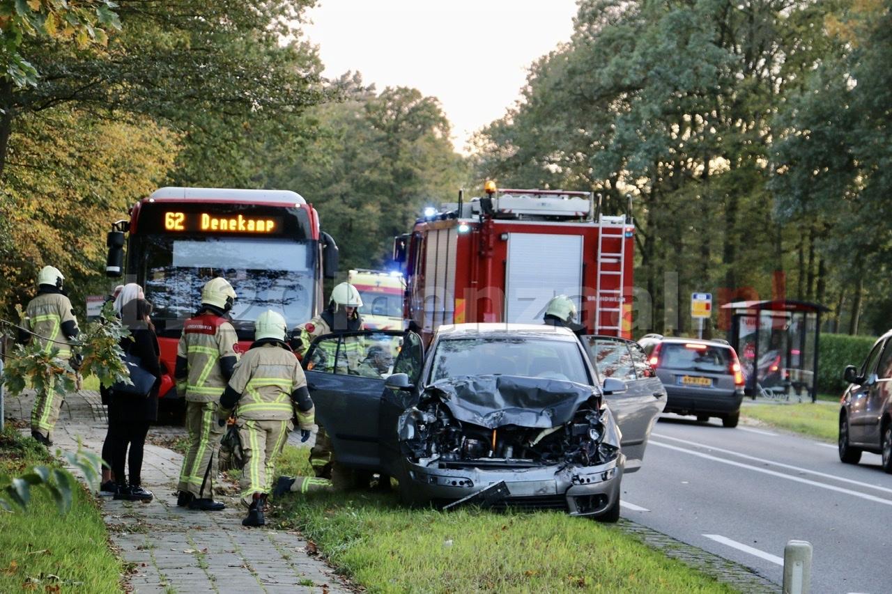 UPDATE (foto's): Gewonde een forse schade bij aanrijding tussen lijn bus en auto