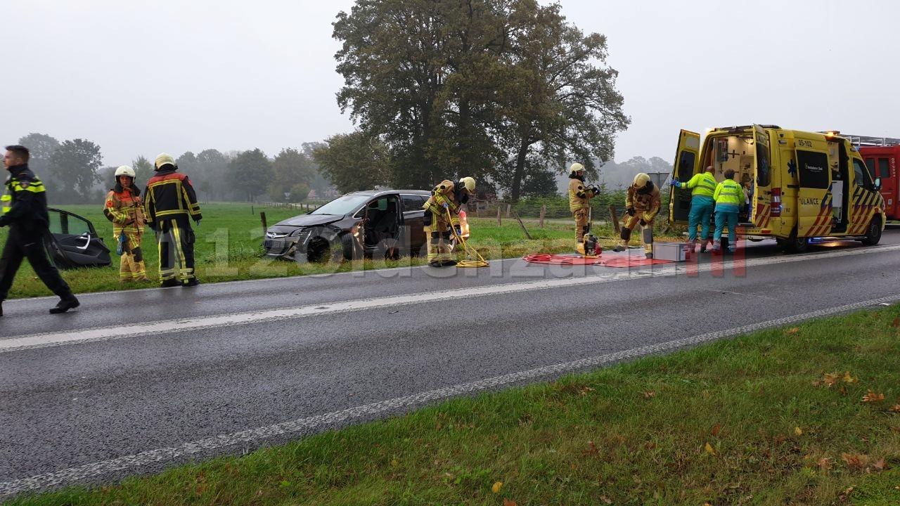 Automobilist bevrijd door brandweer na aanrijding in Losser