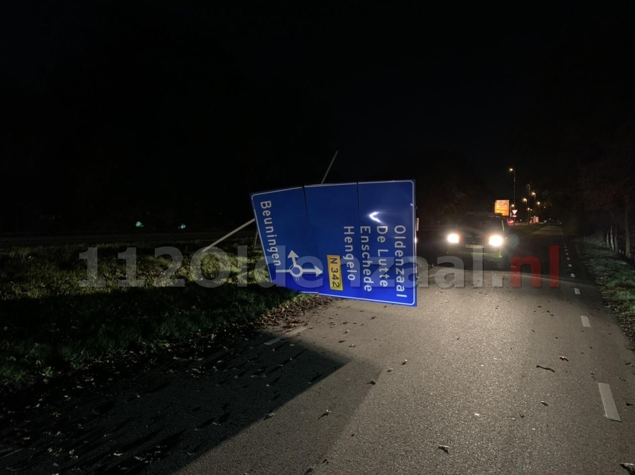 Foto: Bestuurder ramt ANWB verkeersbord op N342 bij Denekamp en gaat er vandoor