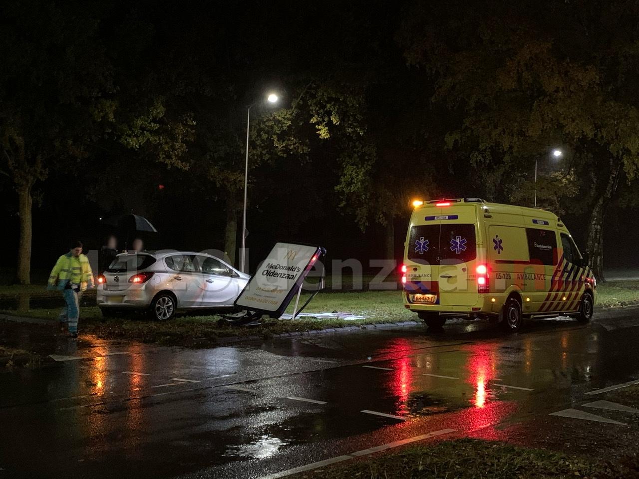 Ongeval Ossenmaatstraat Oldenzaal; automobilist rijdt tegen reclamezuil