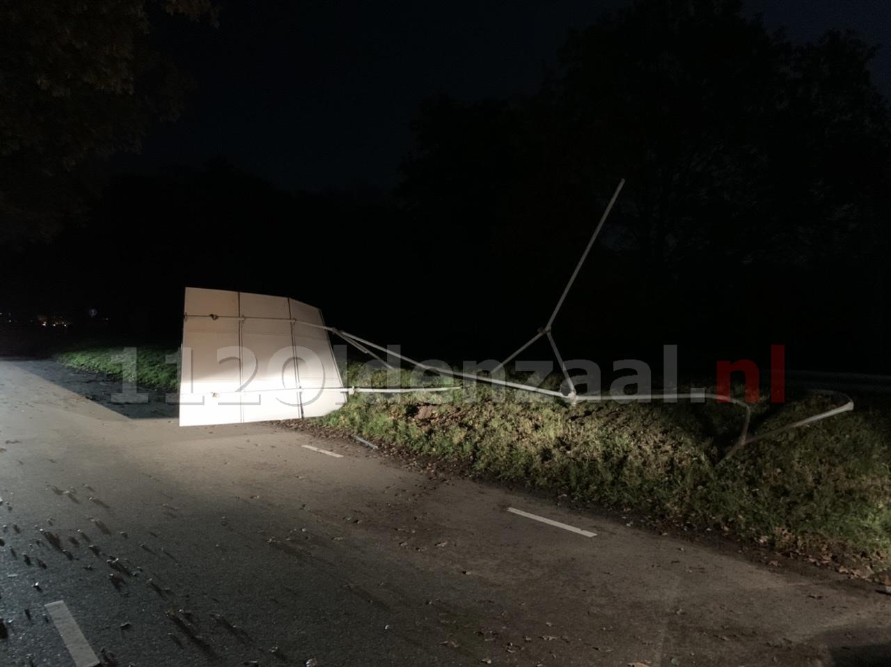 UPDATE (foto's): Bestuurder ramt ANWB verkeersbord op N342 bij Denekamp en gaat er vandoor