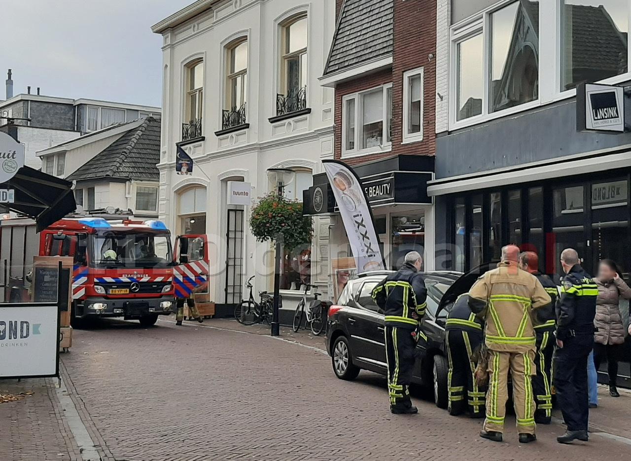 Brandweer rukt uit voor lekkage bij auto in centrum Oldenzaal
