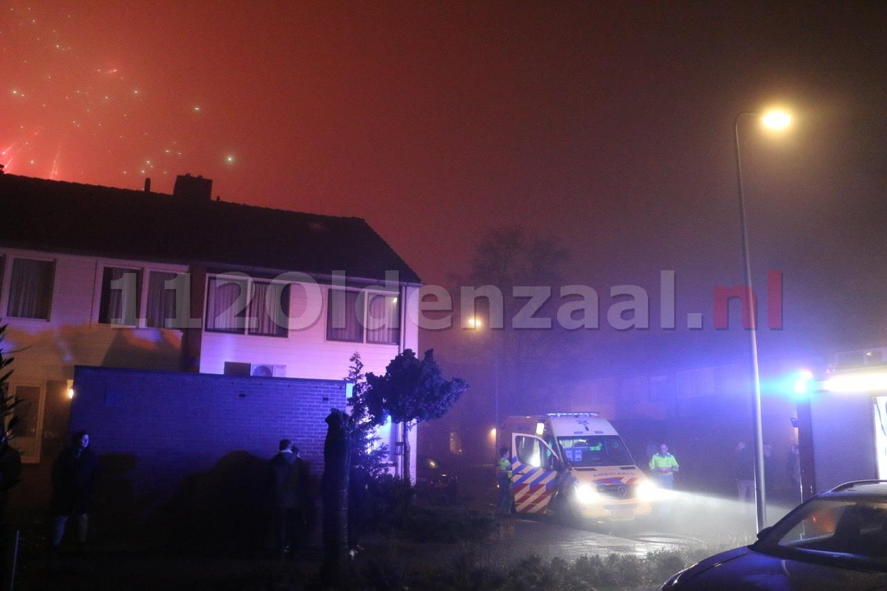 UPDATE (foto en video): Woning Oldenzaal onbewoonbaar door brand: Twee personen ademen rook in