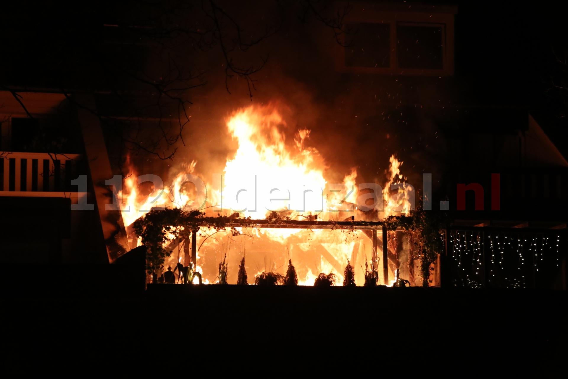 UPDATE (FOTO'S): Uitslaande brand bij woning in Oldenzaal