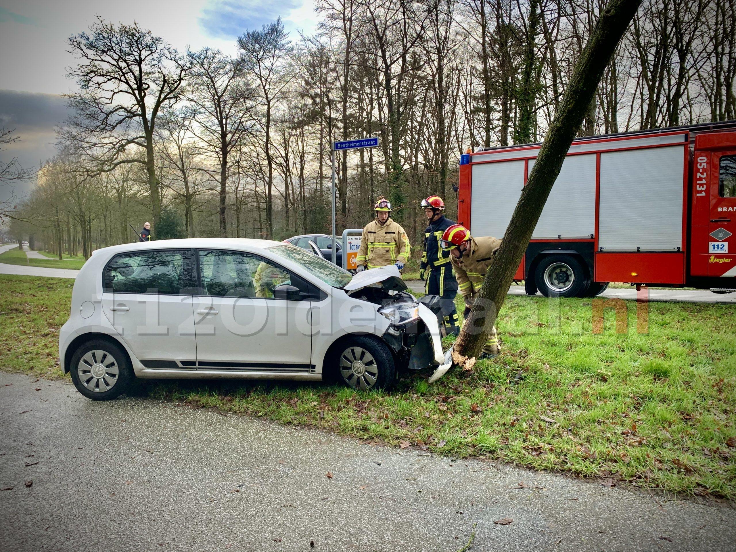 VIDEO: Bestuurster gewond naar het ziekenhuis na eenzijdig ongeval in De Lutte