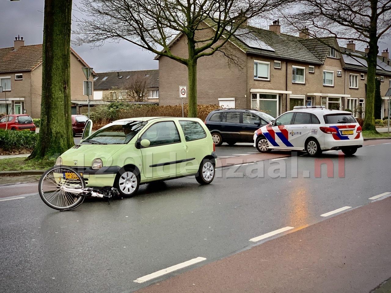 Fietsster gewond naar het ziekenhuis na aanrijding met auto in Oldenzaal