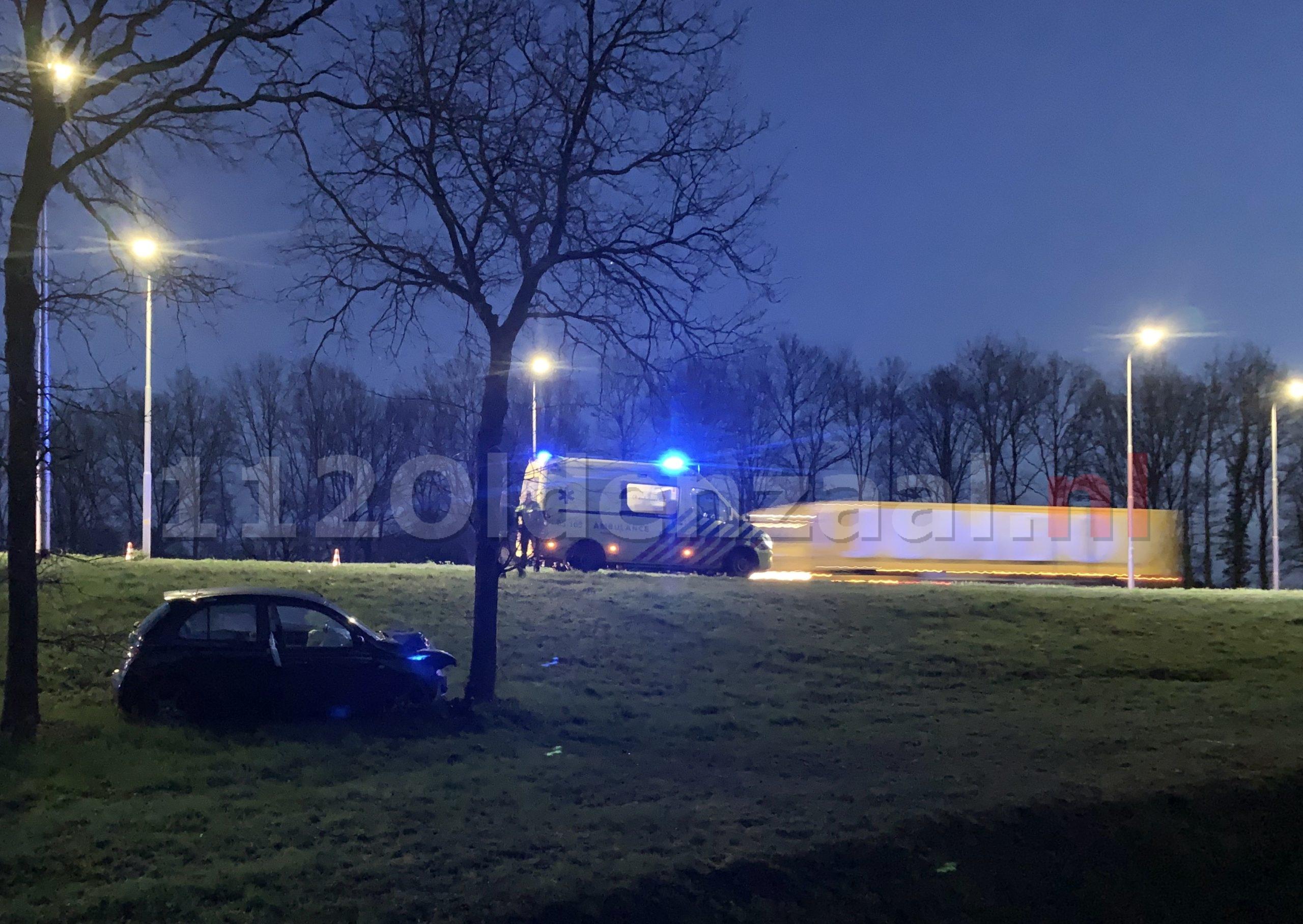 Auto belandt tegen boom na ongeval op Provinciale Rondweg Oldenzaal