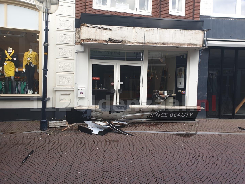 Vrachtwagen ramt reclamebord van gevel in centrum Oldenzaal