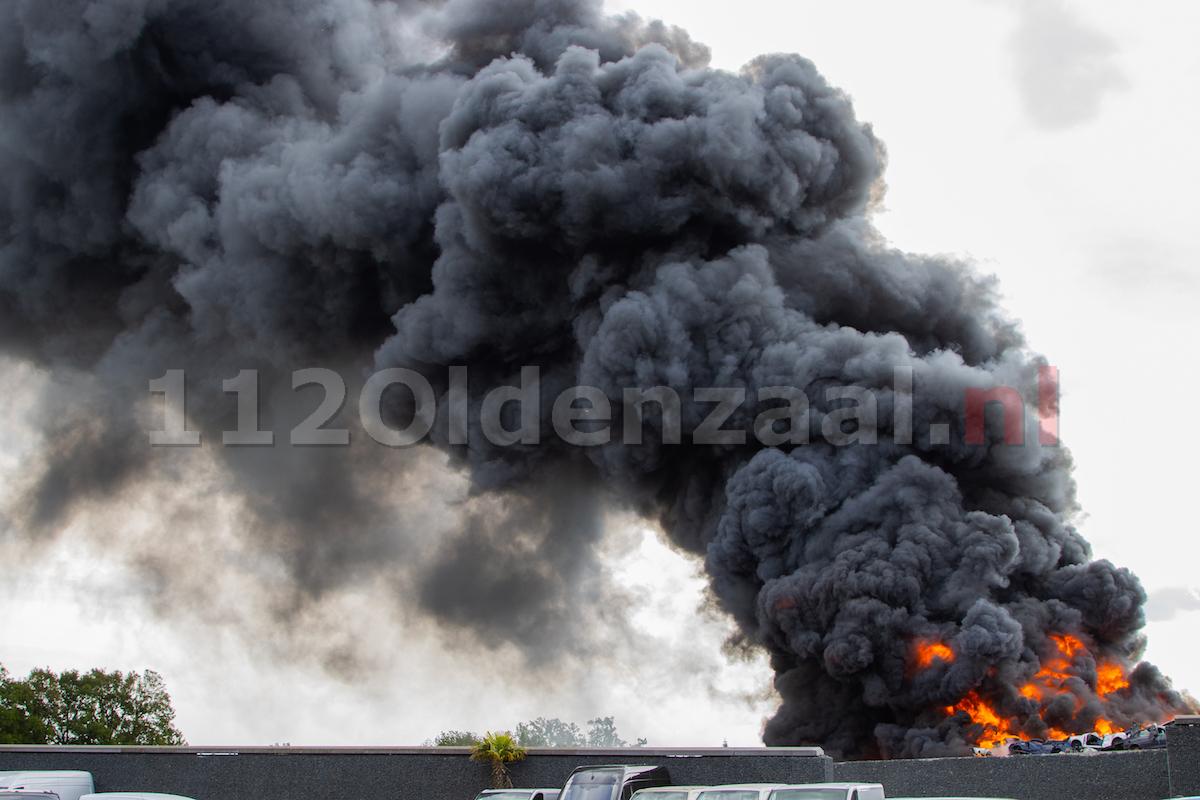 100 brandweermensen ingezet bij zeer grote brand bij autobedrijf in De Lutte