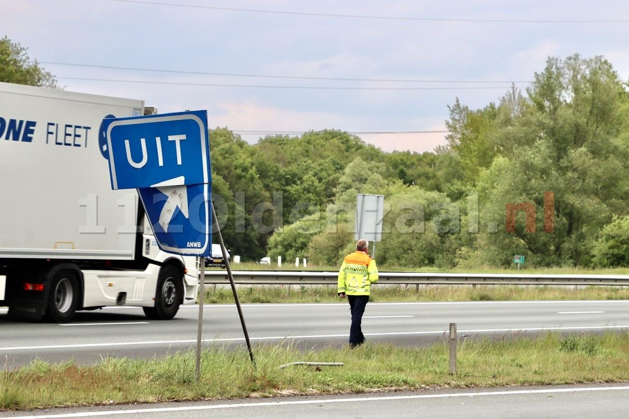 Automobilist raakt bewegwijzeringsbord op A1 bij Oldenzaal en komt in berm terecht