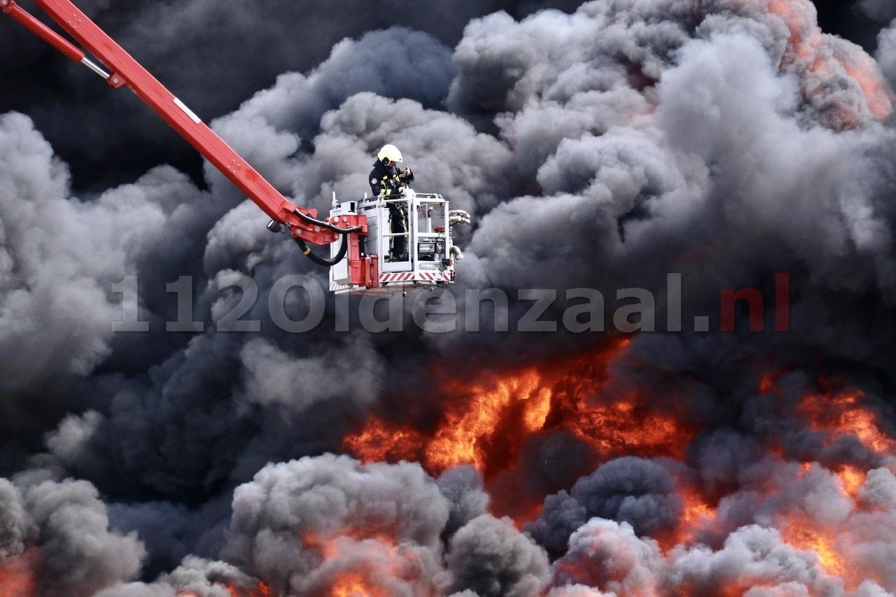 VIDEO: GRIP 1: Zeer grote brand in De Lutte, ramen en deuren sluiten