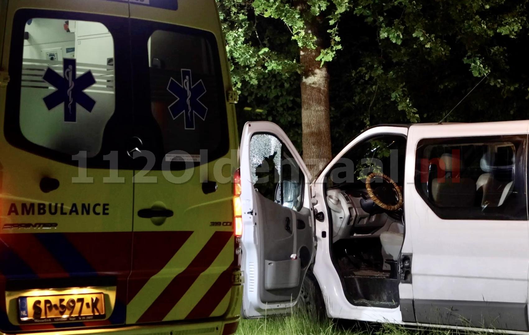 VIDEO: Automobilist in Denekamp krijgt al rijdend steen door raam; bestuurder naar ziekenhuis