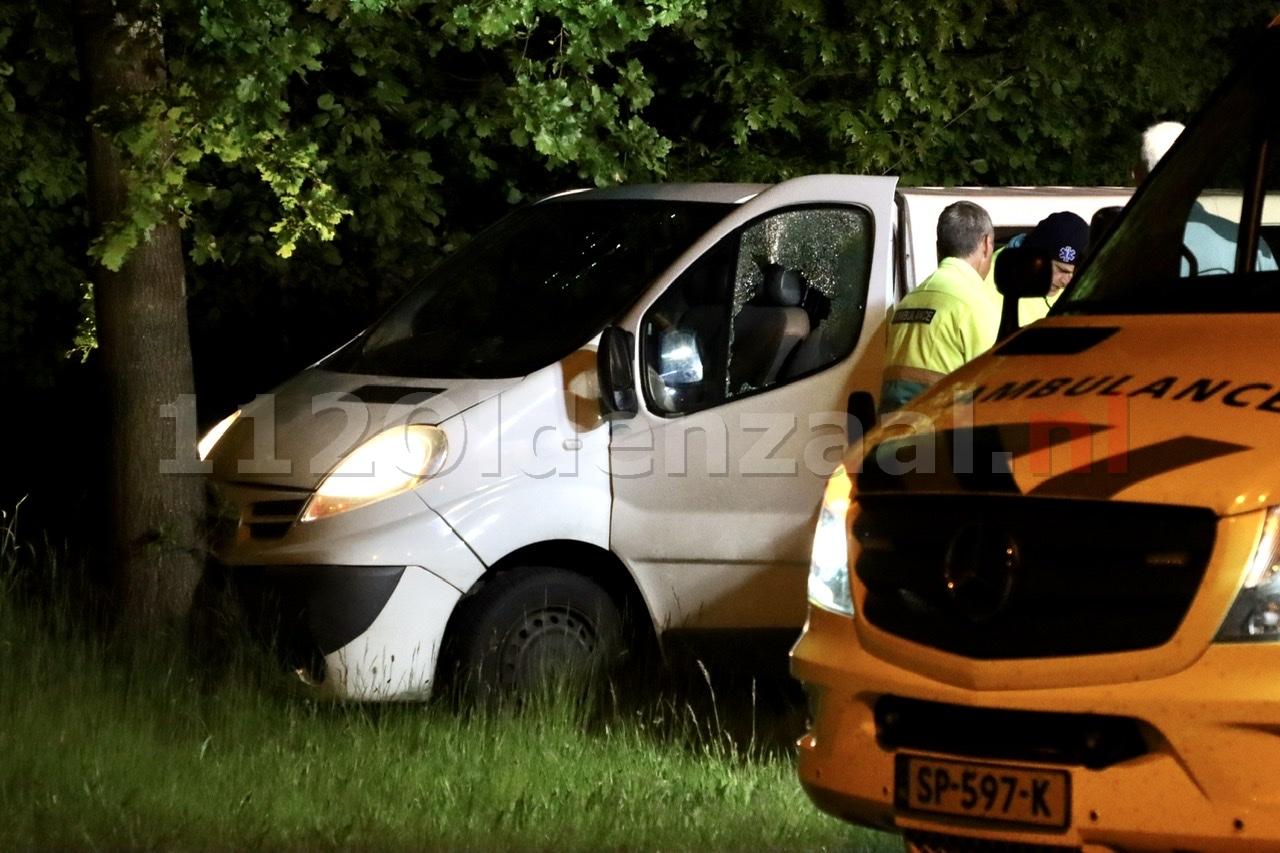 Automobilist in Denekamp krijgt al rijdend steen door raam; bestuurder naar ziekenhuis