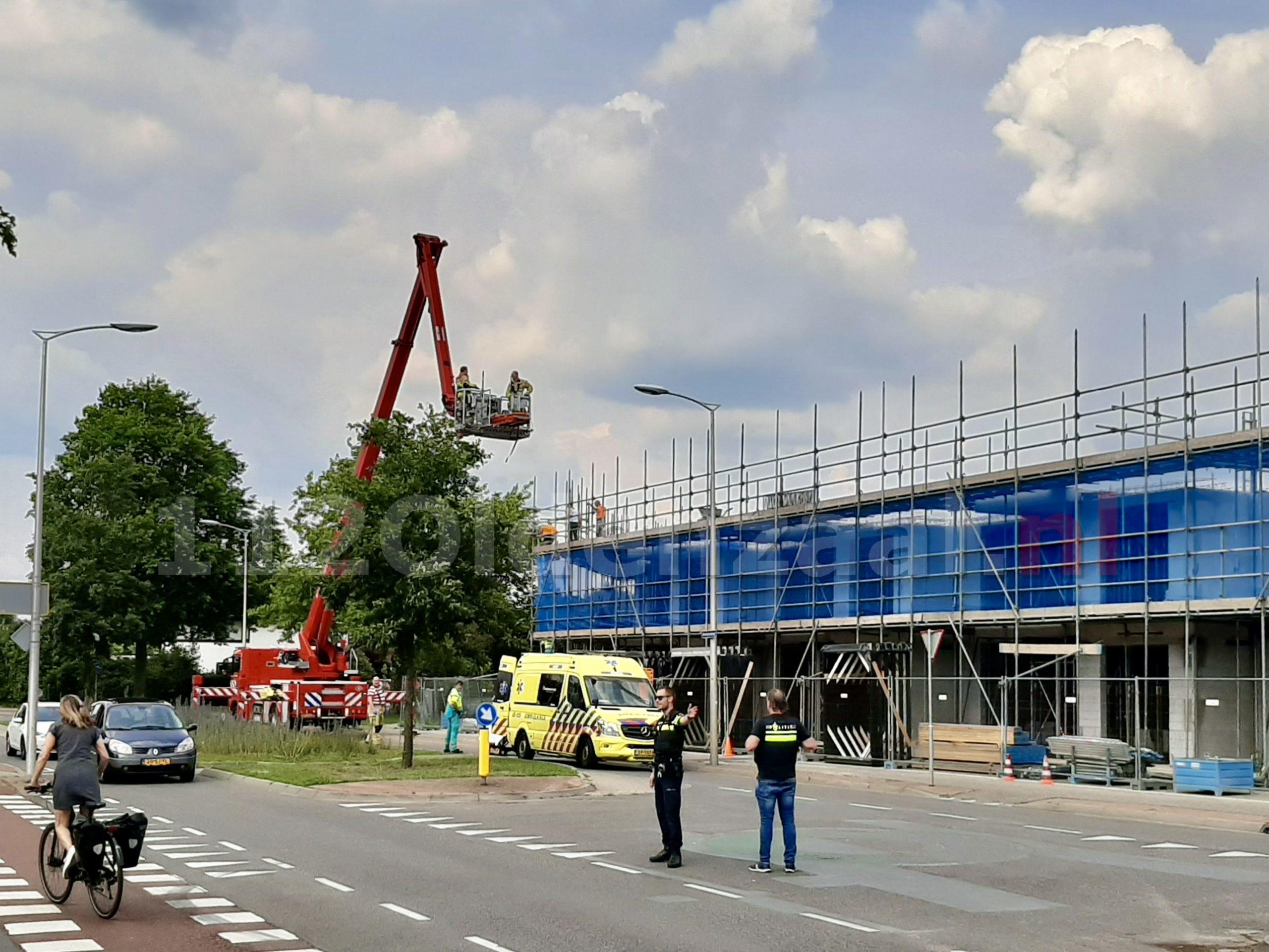 UPDATE: Brandweer assisteert ambulancedienst bij bouwplaats in Oldenzaal