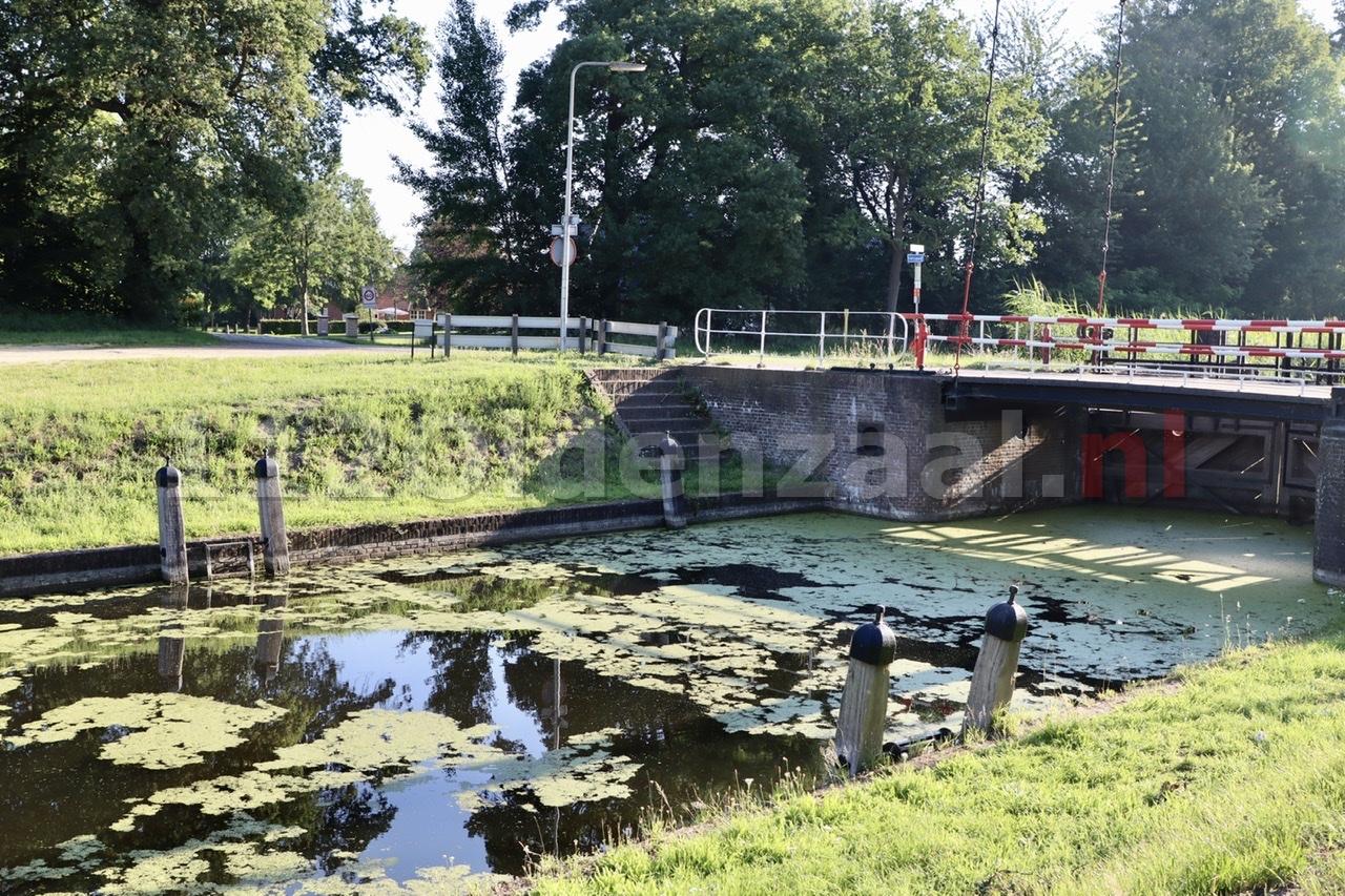 Auto belandt in Almelo-Nordhornkanaal Reutum; bestuurder naar het ziekenhuis