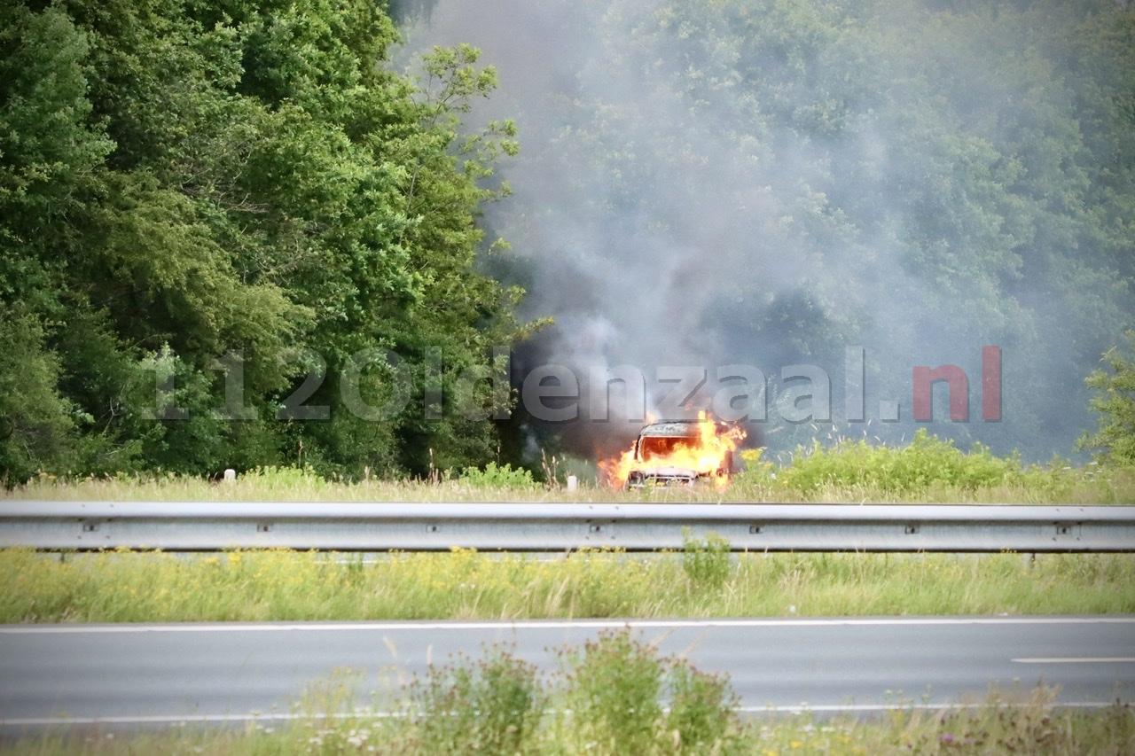 Auto volledig uitgebrand oprit A1 bij Deurningen