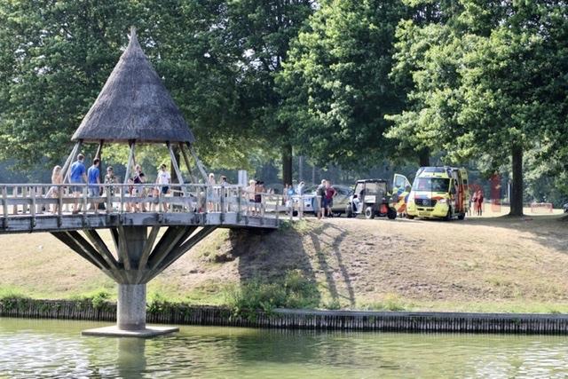 """Wijkagent spreekt jeugd aan bij bruggen Het Hulsbeek; """"ik druk zijn rolstoel wel als het misgaat"""""""