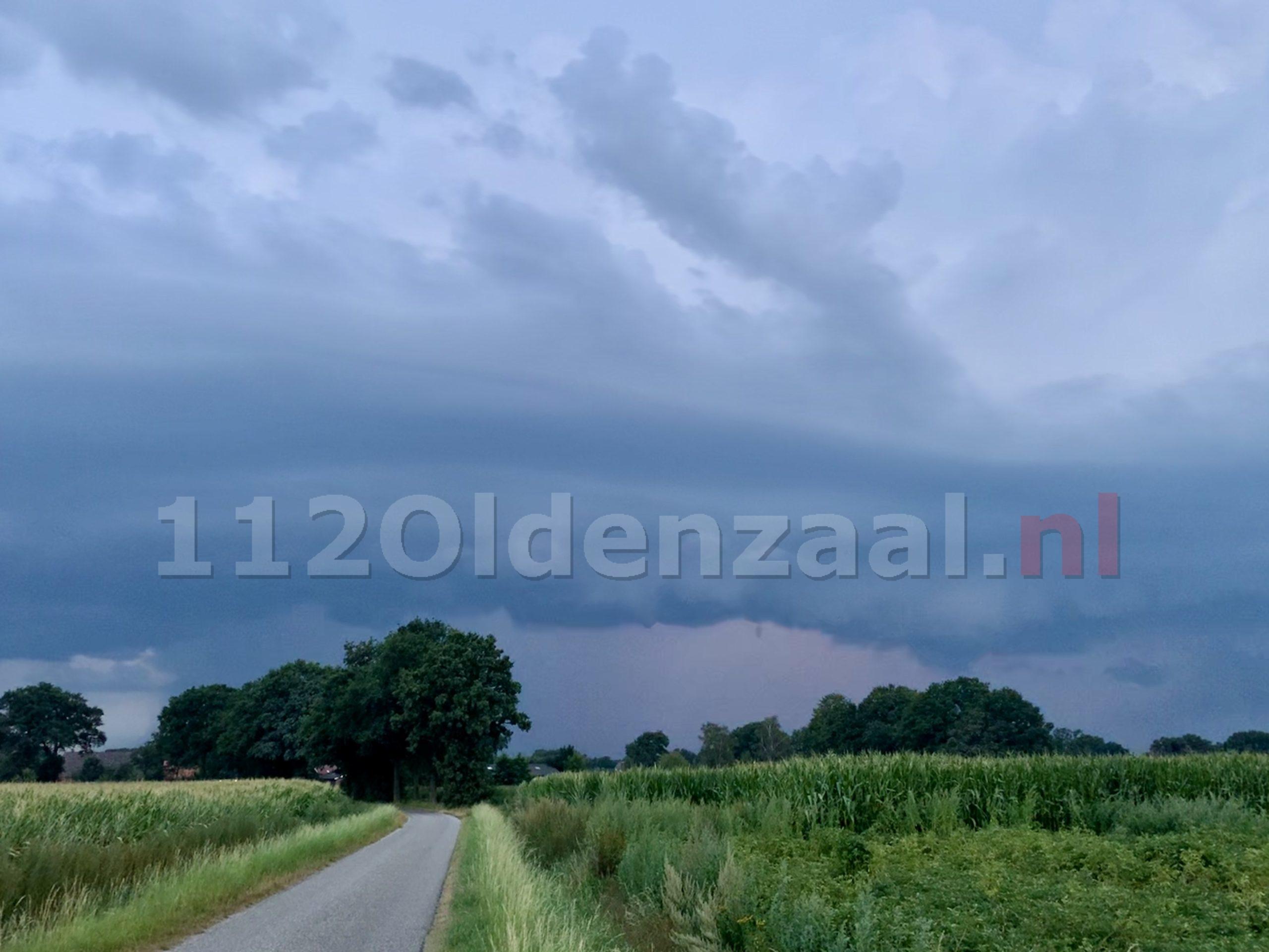 Zware buien trekken over Twente: Code Oranje voor Overijssel