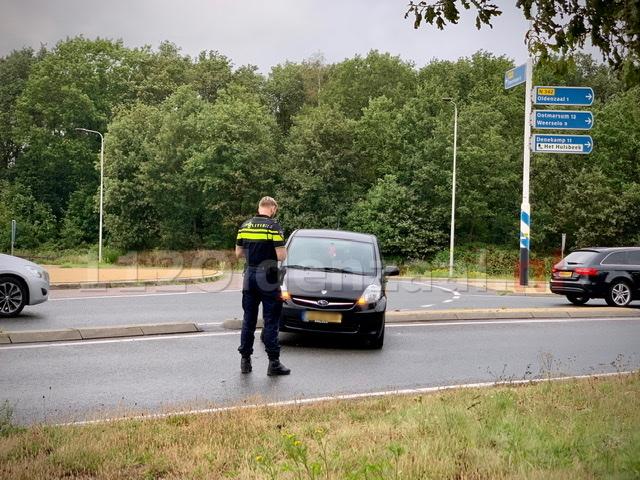 Auto belandt dwars op rotonde na technisch probleem in Oldenzaal