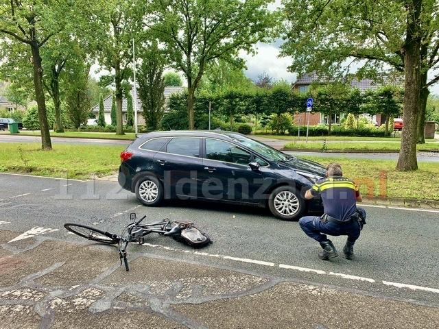 Fietser met spoed naar het ziekenhuis na aanrijding met auto in Oldenzaal
