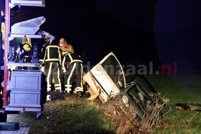 Auto belandt in sloot in De Lutte; bestuurster naar het ziekenhuis