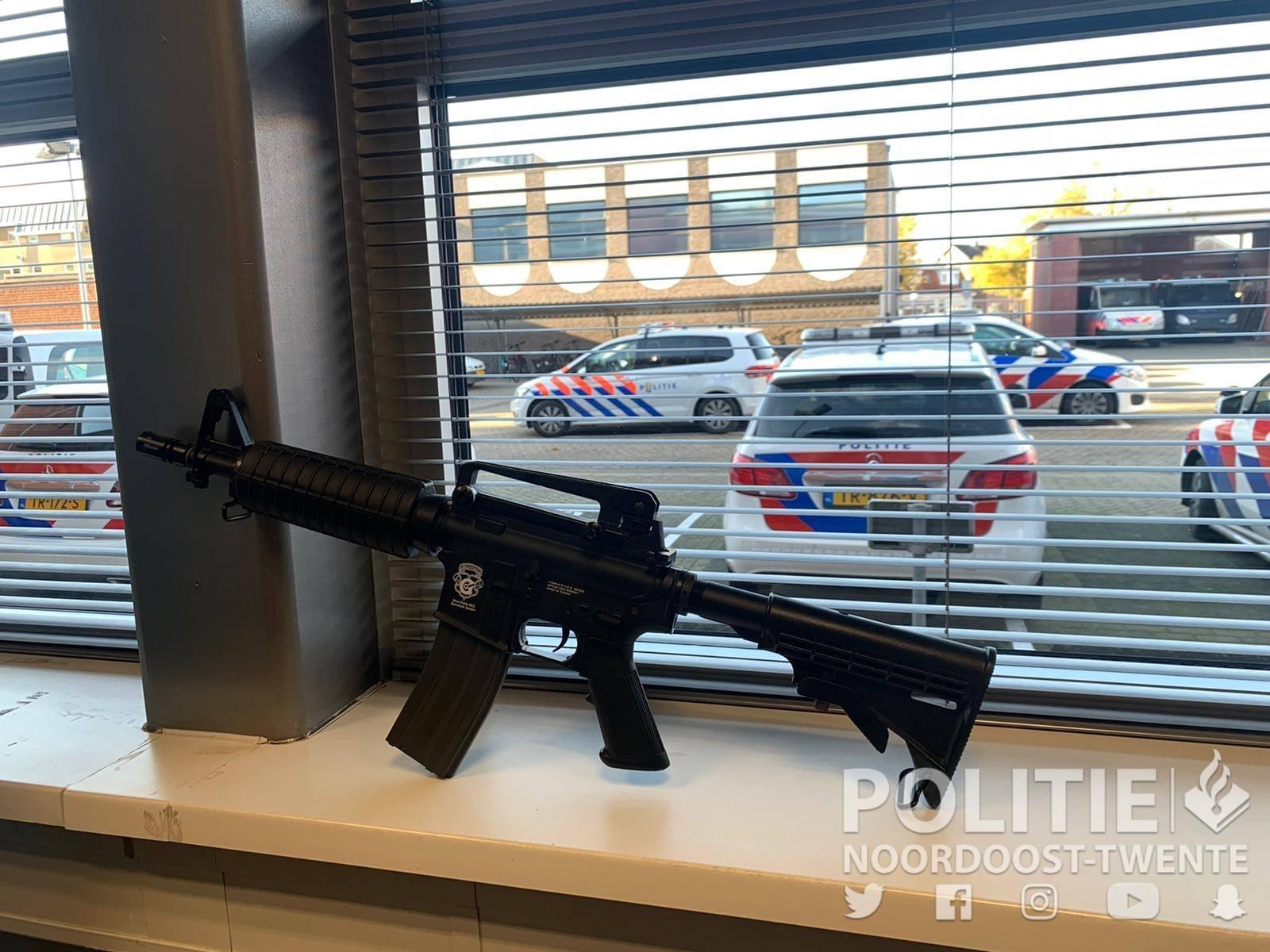 Zoeking in woning Oldenzaal; politie treft wapen aan