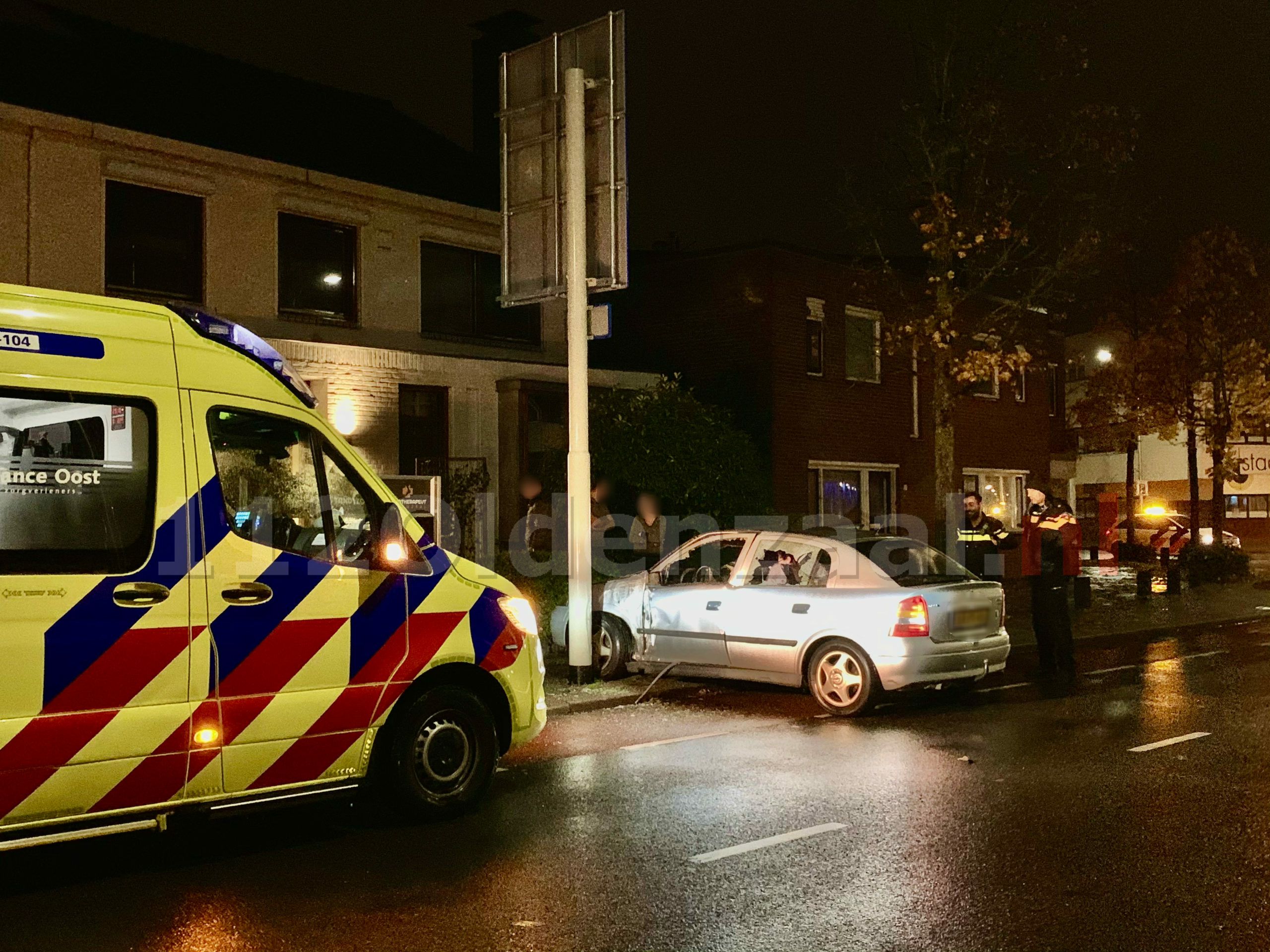 Auto belandt tegen paal Steenstraat Oldenzaal