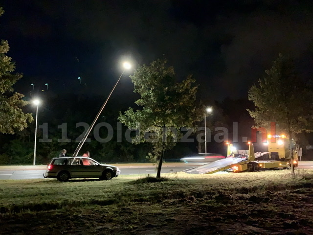 Automobilist botst tegen lantaarnpaal rondweg Oldenzaal